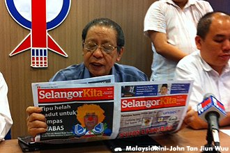 Lim Kit Siang exposing SelangorKita fitnah article (Picture by MalaysiaKini)