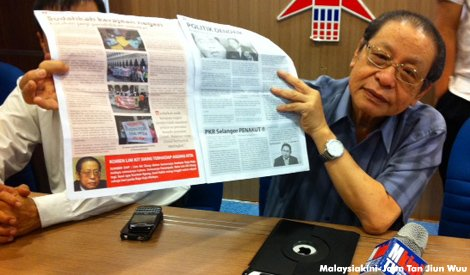 Lim Kit Siang showing untruthful article on SelangorKita (Picture by MalaysiaKini)
