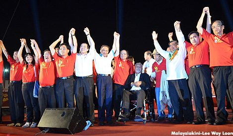 Leaders holding hands saluting Johor crowd